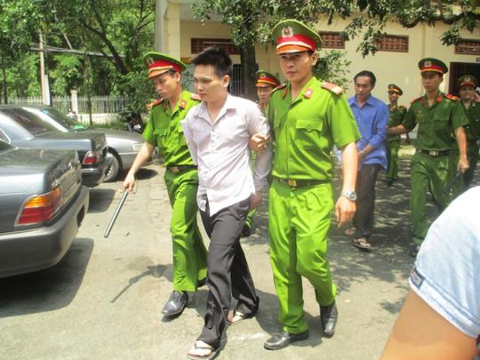 Bị cáo Bình bị dẫn ra xe về trại tạm giam