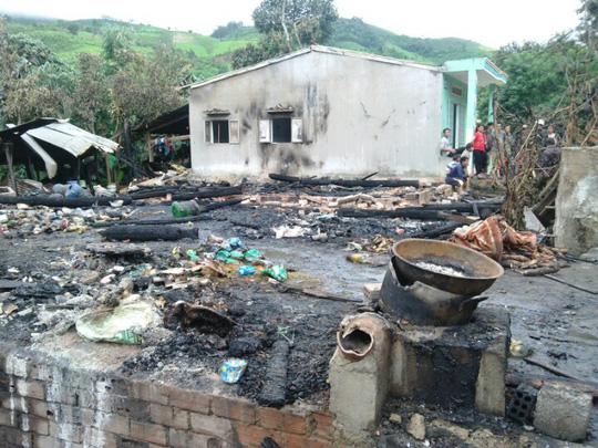 Sau hơn 2 giờ tích cực chữa cháy nhưng 4 căn nhà vẫn bị cháy rụi