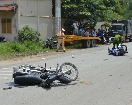 Hiện trường vụ một xe máy phóng nhanh tông vào xe phía trước đang quay đầu đột ngột