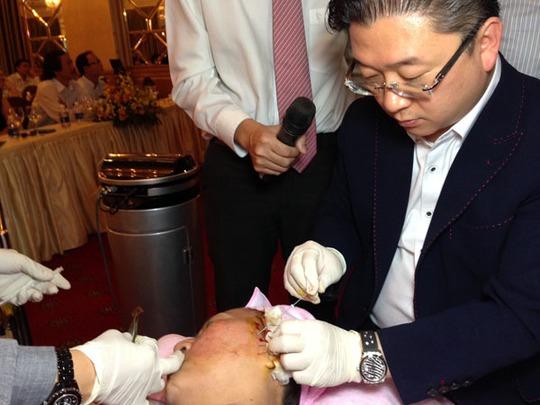 Giáo sư Kwon Han Jin- Giám đốc đại diện của hệ thống Dermaster (Hàn Quốc) đang thực hiện ca nâng và căng da mặt không cần phẫu thuật