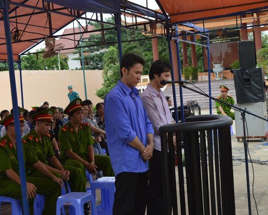 Trần Huỳnh Long và Trần Minh Luân tại phiên tòa lưu động, sáng 17-9