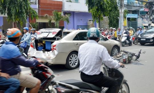 Vụ tai nạn khiến xe ô tô bị hư hỏng nặng phần đuôi