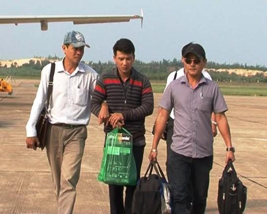 Công an tỉnh Quảng Bình mặc thường phục dẫn giải đối tượng về cơ quan điều tra.