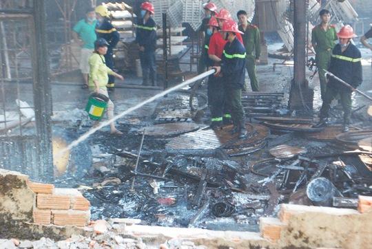 Xưởng đồ gỗ bị thiêu rụi trước những vòi nước của lực lượng chữa cháy