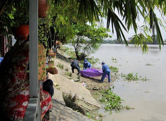 Xác người đàn ông cởi trần trôi trên sông Sài Gòn