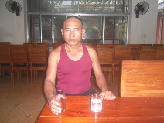 """""""Dị nhân"""" Đinh Khánh Phúc có khả năng nuốt thủy tinh, kim, dao lam như ăn cơm"""
