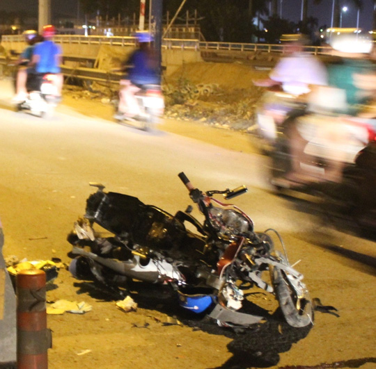 Chiếc xe máy vỡ vụn, biến dạng hoàn toàn.