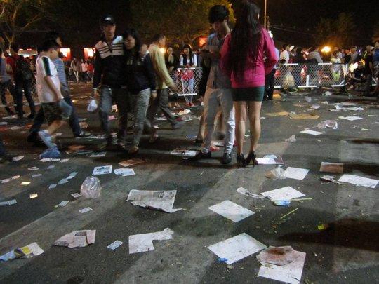 Rác bị vứt bỏ khắp nơi ở trung tâm TP HCM trong đêm giao thừa