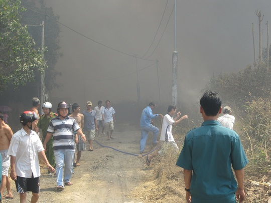 Công tác chữa cháy gặp nhiều khó khăn do khói gây ngạt và ngọn lửa cháy trên diện rộng
