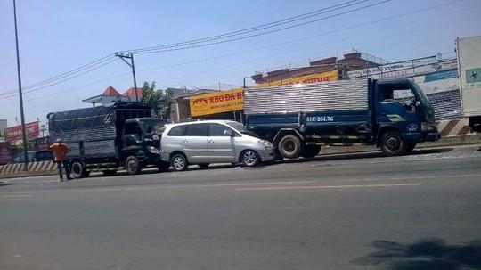 Hiện trường vụ tai nạn liên hoàn giữa 5 xe ô tô.