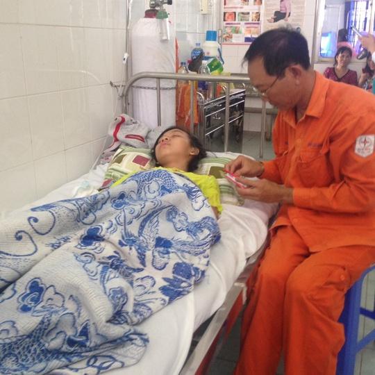 trong 4 học sinh bị đuối nước, em Huỳnh Kim Ngân may mắn thoát chết và đang nằm điều trị tại bệnh viện
