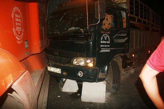 Phần đầu xe tải và xe container đều bị hư hỏng nặng