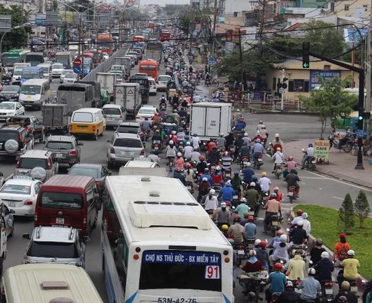Vụ việc làm giao thông từ khu vực trạm thu phí Bình Triệu đến đoạn chợ Bình Triệu bị ùn tắc kéo dài.
