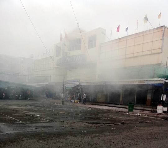 Dù đám cháy đã được dập tắt ngay sau đó nhưng hỏa hoạn làm nhiều tiểu thương hoảng sợ