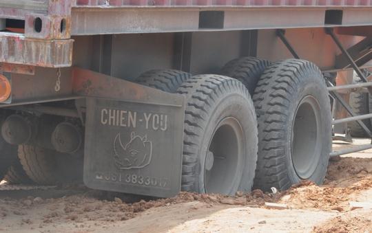 Phần bánh xe bị lún khiến chiếc xe kẹt cứng nằm chắn ngang đường.