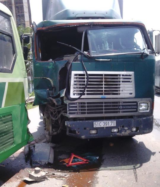 Xe đầu kéo bị hư hỏng nặng phần đầu sau cú va chạm.