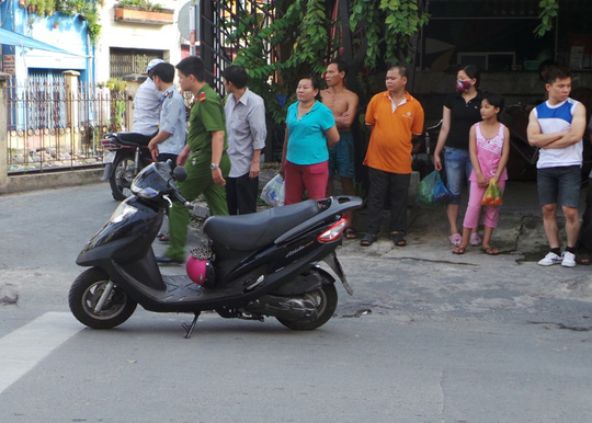 Chiếc xe máy tay ga của nạn nhân để lại bên đường