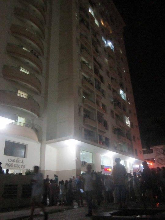Hiện trường nơi bà Thúy nhảy từ tầng 4 của cao ốc A chung cư Ngô Gia Tự xuống đất tử vong.