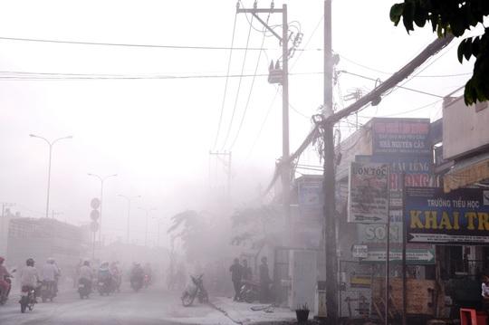 Lo sợ bị cháy lan, nhiều công nhân trong công ty dùng bình CO2 trèo lên mái nhà của công ty xịt vào đám cháy.