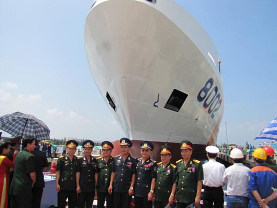 Tàu Cảnh sát biển 8002 có chiều dài 90,5 m, rộng 14 m, chiều cao mạn 7 m, mớn nước tối đa 4 m, công suất 12.016 mã lực và tốc độ tối đa 21 hải lý/giờ và có bãi đáp trực thăng.