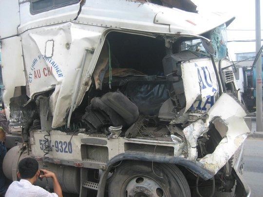 Sau va chạm, chiếc xe container hư hỏng nặng.
