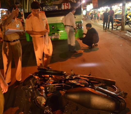 Xe máy hư hỏng nặng sau khi được kéo ra ngoài.