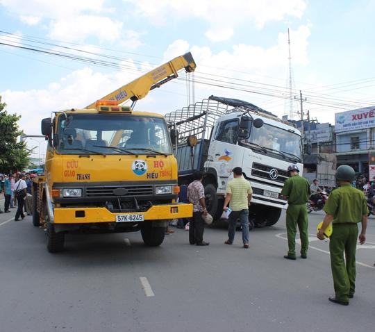 Xe cứu hộ cẩu xe tải lên để kéo nạn nhân ra