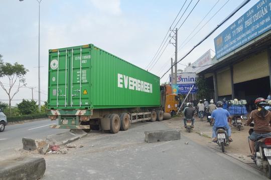 Sau khi tông nát một đoạndải phân cách, xe container tông tiếp vào 3 cột điện trên Quốc lộ 22