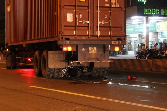 Sau tai nạn, chiếc xe nằm trong gầm xe container