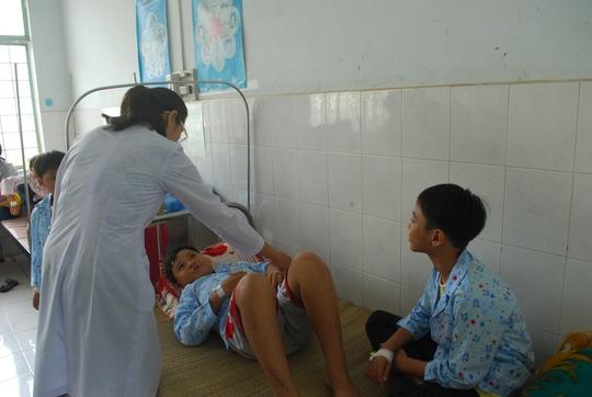 Các bác sĩ đang điều trị cho bệnh nhi có phản ứng sốc sau tiêm vắc-xin. Ảnh: H. Thanh/NLĐO