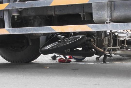 Bị xe tải cuốn vào gầm, 1 phụ nữ bị thương nặng
