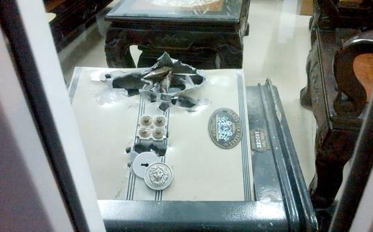 Két sắt bị đập tung, nhiều tài sản có giá trị bị trộm lấy đi