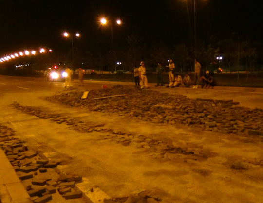 Gạch đổ nằm la liệt dưới đường sau tai nạn