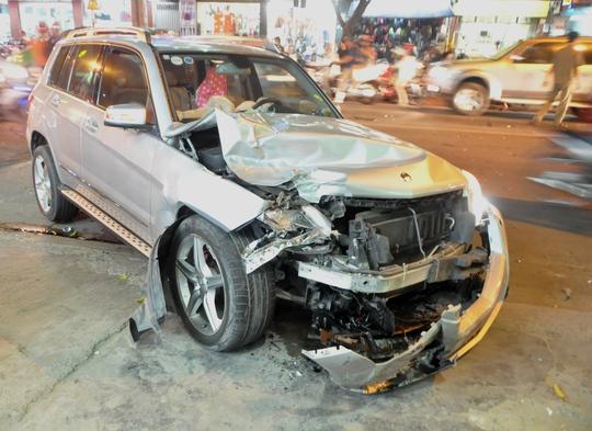 Đầu chiếc xe ô tô điên bị hỏng nặng