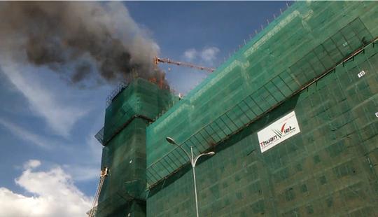 Khói lửa cháy ngùn ngụt trên nóc tòa chung cư đang thi công.