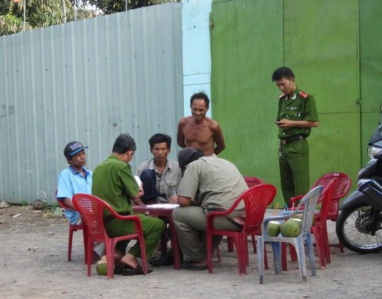 Lực lượng chức năng có mặt bảo vệ hiện trường để phục vụ công tác khám nghiệm.
