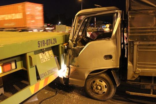 """Chiếc xe tải """"cắm"""" vào đuôi xe container, hư hỏng nặng."""