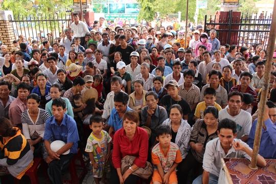 Hàng trăm người dân đến tham dự phiên tòa