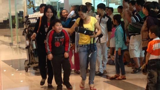 Hàng trăm người thân đón cô dâu Việt về quê ăn Tết