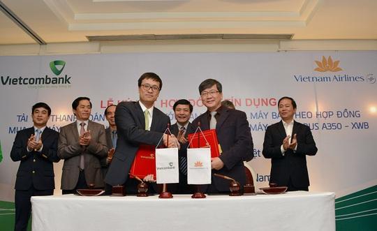 Ông Phạm Quang Dũng - Tổng giám đốc Vietcombank (hàng đầu, bên trái) và ông Phạm Ngọc Minh - Tổng giám đốc Vietnam Airlines đại diện cho 2 bên ký kết hợp đồng tín dụng