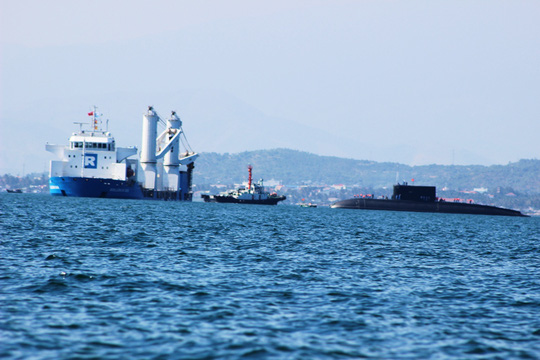 Tàu Kilo tự hành ra khỏi tàu mẹ