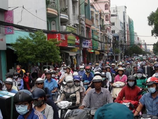 Hàng chục tấn bùn nhão đổ tràn, đường Khánh Hội kẹt cứng