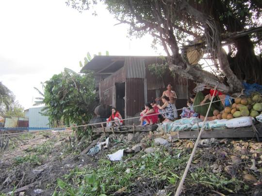 Người dân khu vực bàn tán xôn xao về vụ việc.