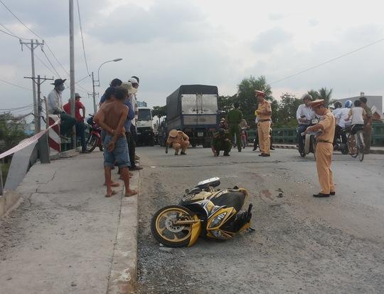 Hiện trường vụ tai nạn giữa xe tải và xe máy làm một người chết.