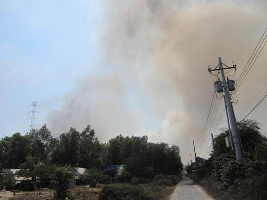 Cột khói cao hàng trăm mét, bao trùm cả một vùng dân cư.