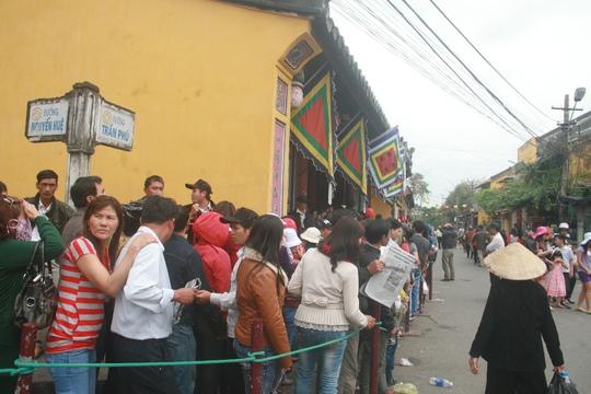 Hàng ngàn người xếp hàng chờ đến lượt mình vào xin lộc tại chùa Ông