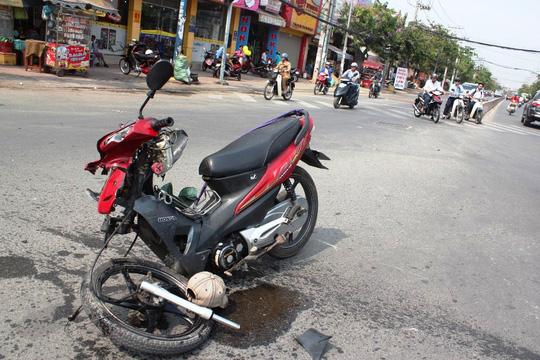 Hiện trường vụ tai nạn khiến một thanh niên bất tỉnh, một xe máy bị tông đến gãy cả khung xe