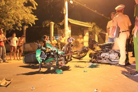 2 xe máy đối đầu, 1 người chết, 2 nguy kịch