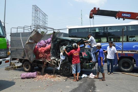 Hiện trường vụ tai nạn khiến hai cha con tài xế bị thương nặng