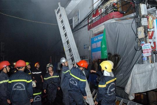 Lính cứu hỏa triển khai, bàn phương án chữa cháy